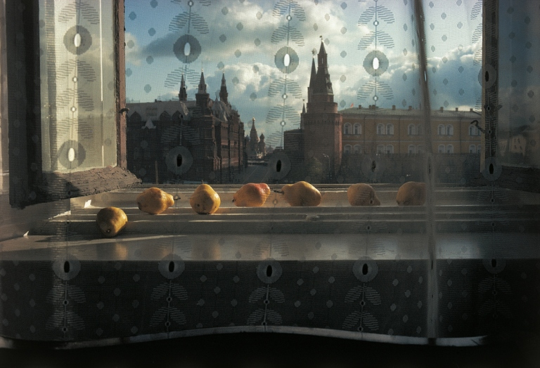 Pears in a windowsill, National Hotel, Moscow by Sam Abell, 1983